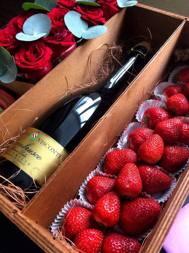 Цветы и шампанское в коробке, купить