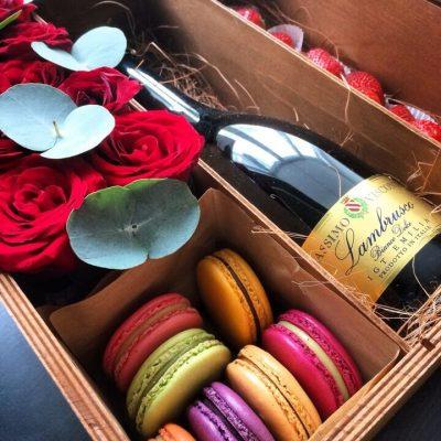 Коробка с цветами, Коробка с клубникой, цветы в коробке, бокс с цветами, Коробка с цветами и шампанским, цветы и шампанское, клубника с шампанским в коробке