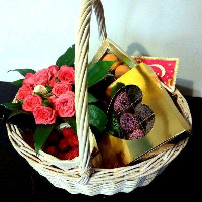 Корзина с цветами и клубникой 2