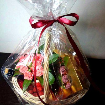 Корзина с цветами и клубникой 3